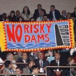 Forum Acqua: attiviste espulse per uno striscione contro le dighe