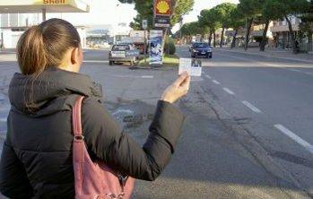 Una ragazza mostra la sua tessera Jungo